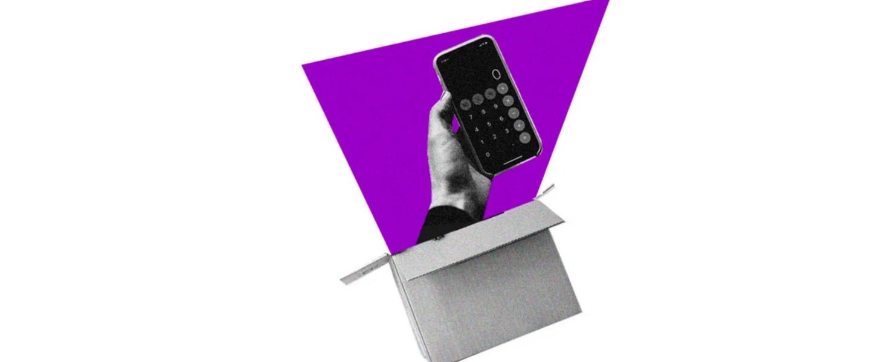 Compras online seguras. Collage de una mano saliendo de una caja sosteniendo un celular.