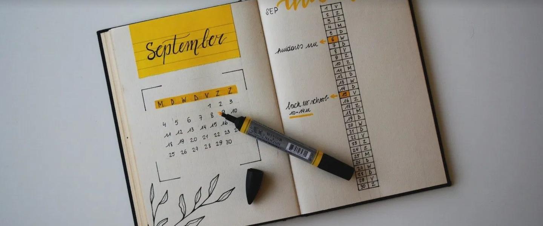 Un calendario abierto en septiembre con un marcador amarillo sobre él.