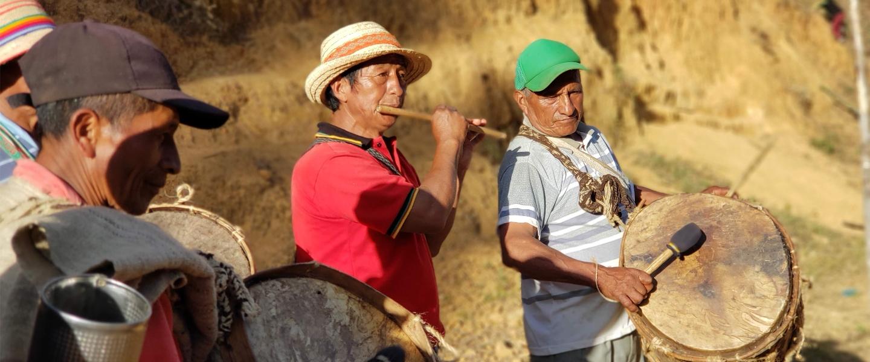 Músicos tocan sus instrumentos en las alturas andinas del resguardo indígena de Jambaló.