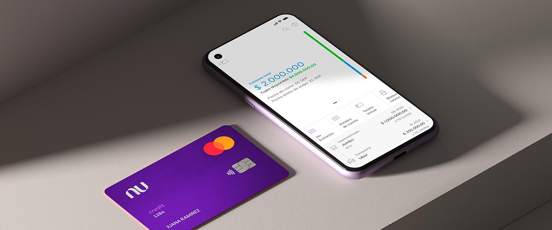 La tarjeta de crédito Nu con un celular que muestra la app de Nu Colombia. Se quieren: hubo una ampliación de capital de la serie G de Nubank