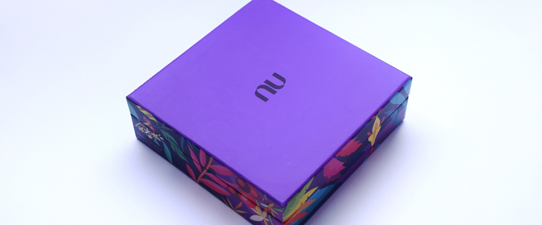 El Kit de Bienvenida de Nu: morado y con motivos coloridos que representan la flora y la mítica colombiana.