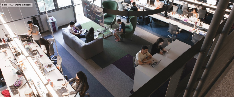 Varios Nubankers del capítulo de Business Architect trabajan en las oficinas de Nu en São Paulo.
