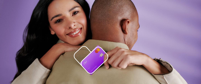 EnaMorados. Una EnaMorada de la tarjeta Nu la sostiene mientras abraza a un hombre.